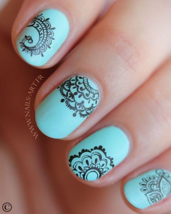 uñas naturales azules diseño a mano