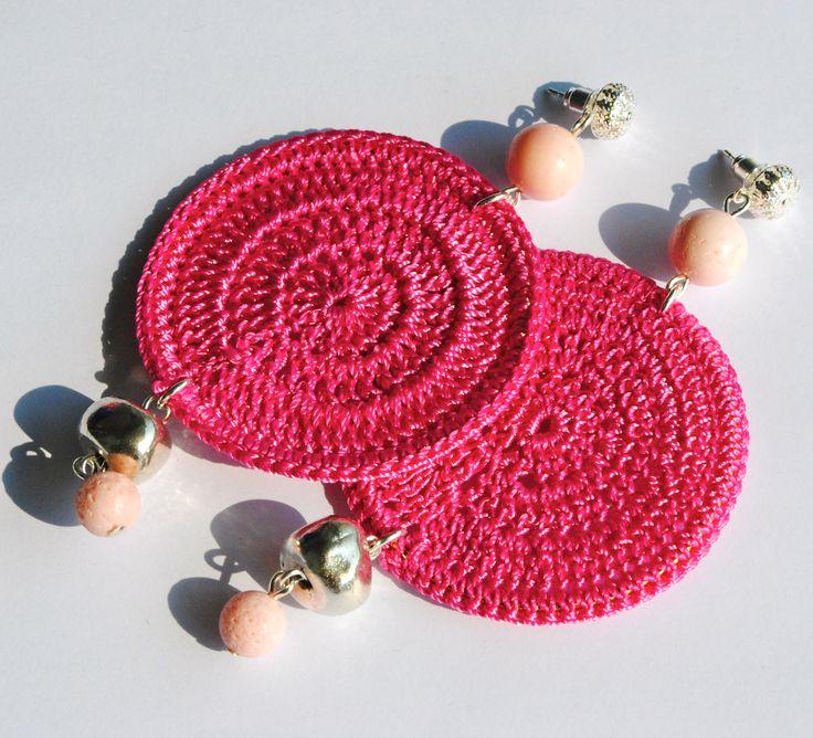 Orecchini rosa all'uncinetto con pietre dure
