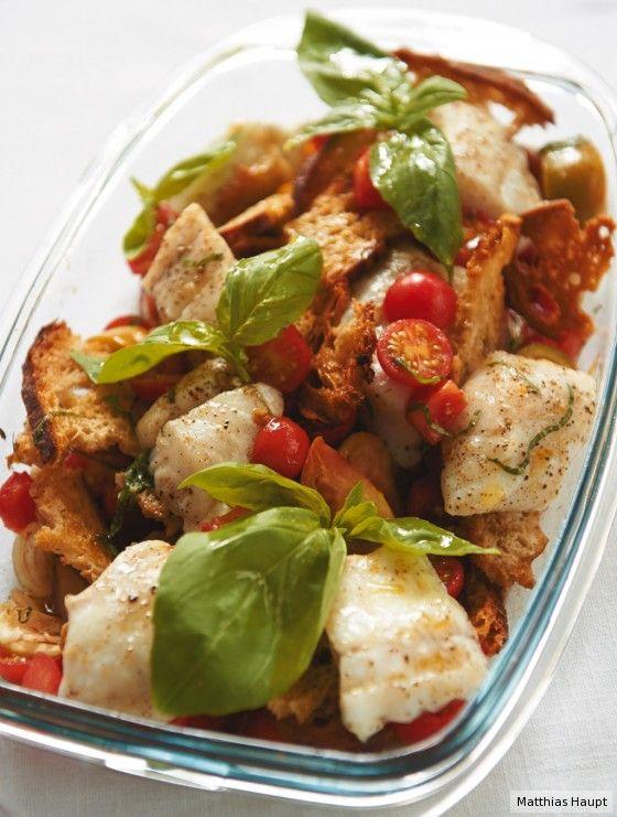 Der Fisch gart mit Tomaten, Basilikum und Knoblauch im Ofen. Macht nicht viel Arbeit, aber enorm viel her.