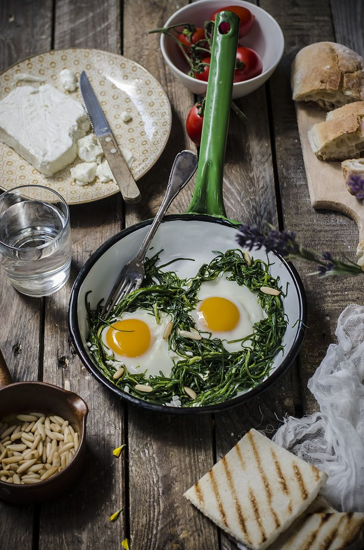 Uova con agretti feta e pinoli