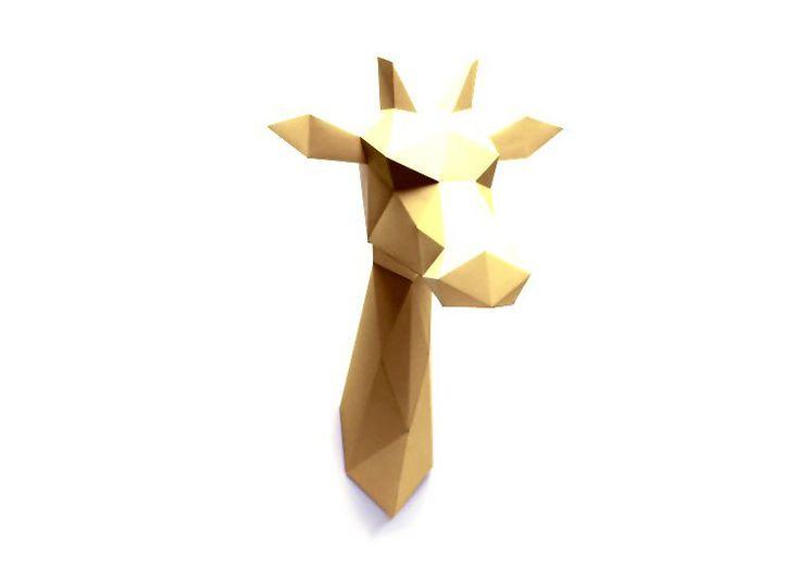 Une tête de girafe doré sous forme de kit Assembli pour créer un grand trophée mural de papier. Craquez pour ces animaux sauvages, design et tendance !