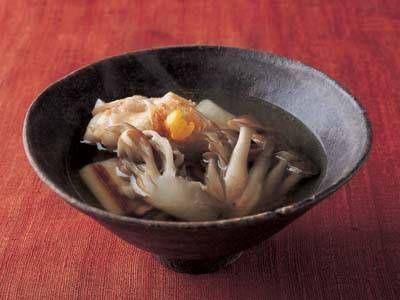 鶏きのこ椀 | 昆布としいたけのうまみたっぷりの「水だし」がベース。鶏肉ときのこの持ち味が引き出された和の汁物です。