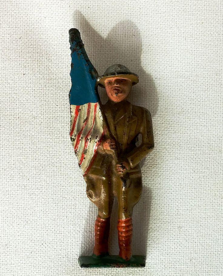 Soldat en fer moulé de la première guerre mondiale portant le drapeau Américain peint à la main en très bon état de la boutique SylvieVintage sur Etsy