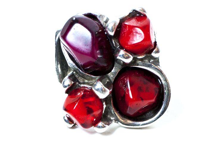 MI TESOROOO Anillo ajustable con baño de plata y piedras de colores. Resinas de color rojo