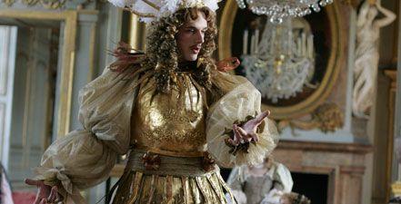 Το μεγαλοπρεπές και ευαίσθητο πορτραίτο ενός οραματιστή μονάρχη, του Λουδοβίκου 14ου, με φόντο το αριστούργημα που έχτισε στις Βερσαλλίες, το πιο πολυτελές παλάτι της Ευρώπης.