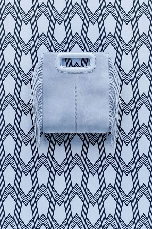 Des franges, du veau velours, une gamme de couleurs intenses... Pour les beaux jours, Maje imagine un tout premier sac au luxe pratique. Décliné en 7 coloris, le sac M sera disponible en boutique et sur le site de Maje à partir du 3 mars 2016.