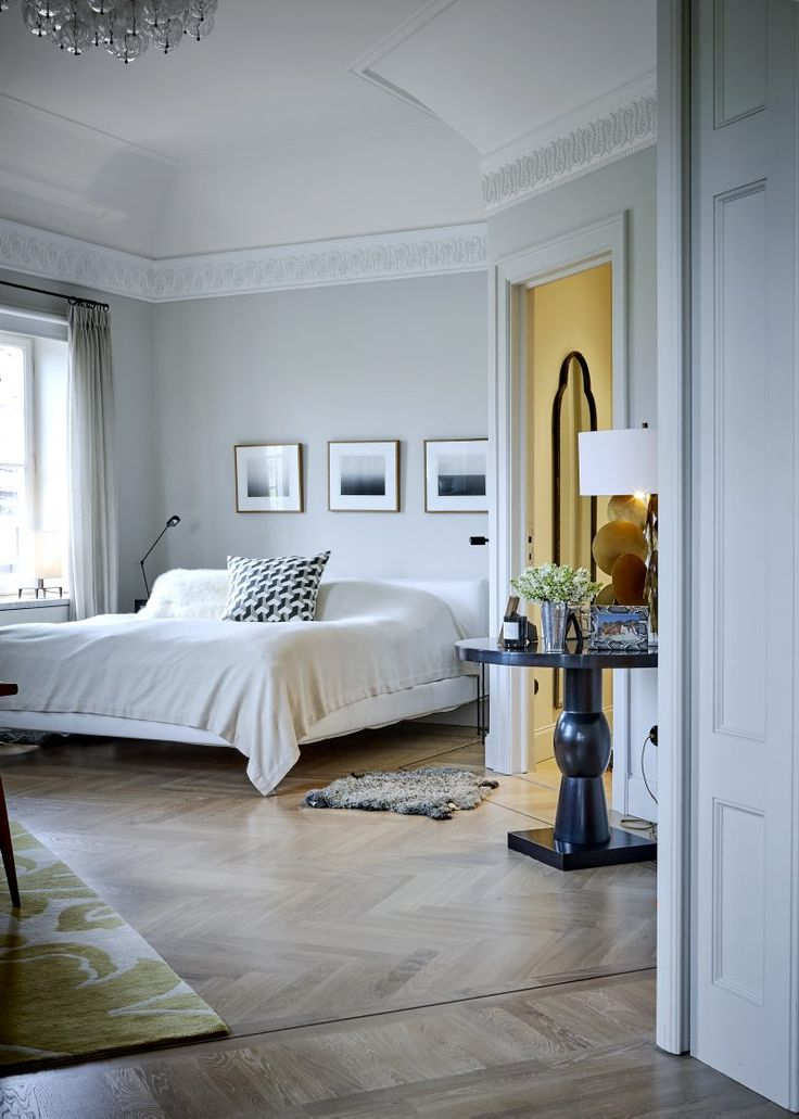 Master bedroom som så småningom kommer att bli ett bibliotek. Konst av Hiroshi Sugimoto. Bord Christian Liaigre, kudde på sängen inköpt i New York, pälskudde, Prada. Lampa Pastille av Hervé van der Straeten.