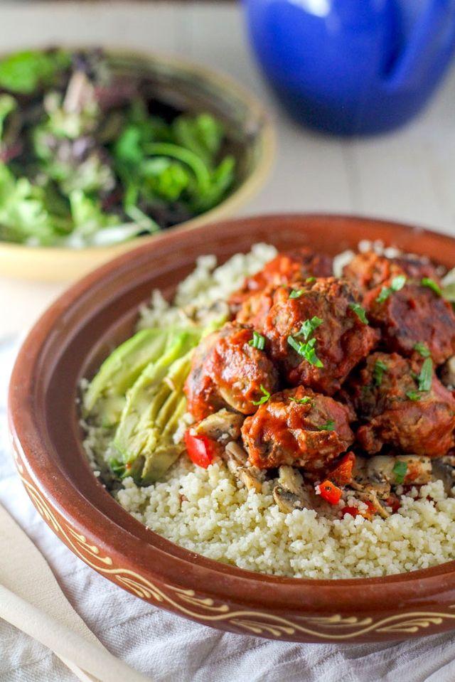Terwijl ik mijn lunchbakje open en aan mijn couscous salade met Vegan Aubergine Vega Balletjes begin, zie ik in mijn ooghoeken anderen spiekend naar mijn eten kijken