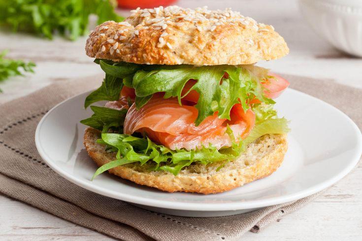 Ces délicieux sandwichs sont simples, rapides et aussi succulents avec du saumon frais qu'avec du saumon en boîte. Sur des petits pains de blé entier se tient une incroyable galette de saumon à la mexicaine. La présence de la salsa ne brûle pas la bouche, mais la réchauffe agréablement et vous fera goûter la chaleur du Sud. Avec une tranche de laitue croquante et une tranche de tomate juteuse, ce repas éclair comblera vos papilles.