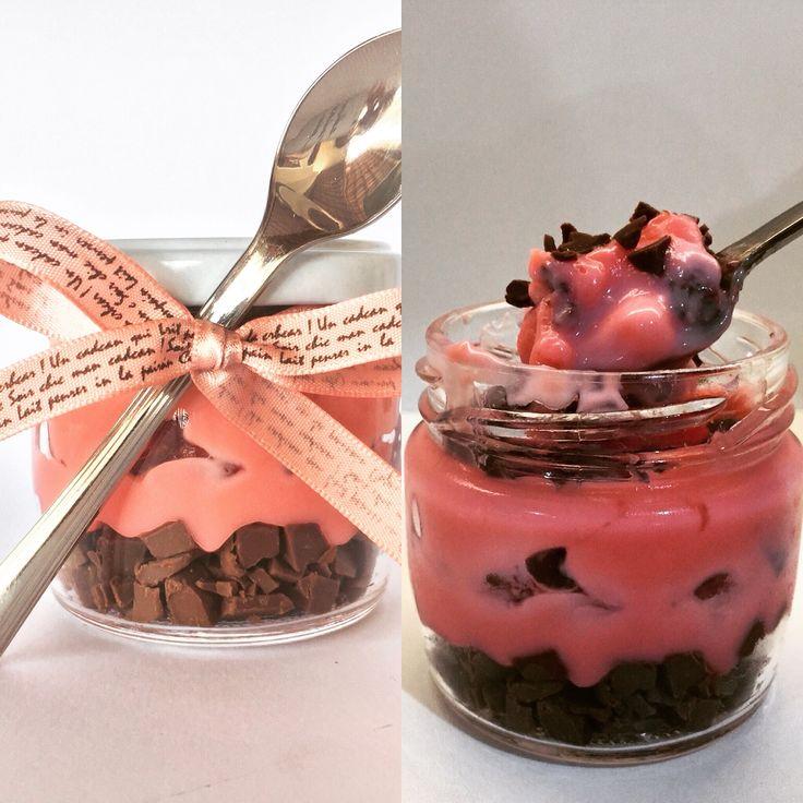 Ovo de Páscoa no pote.... sabor Sensação: pedacinhos de chocolate ao leite, brigadeiro de morango, bolo de chocolate e pedacinhos de morango...