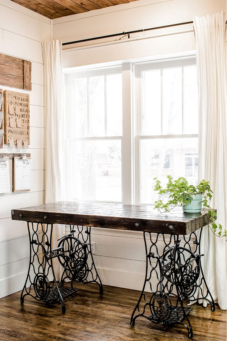 Rustic DIY Desk made from two vintage singer sewing machines. A wooden desktop and wrought iron legs create a beautiful farmhouse style desk. Home decor woodworking project.