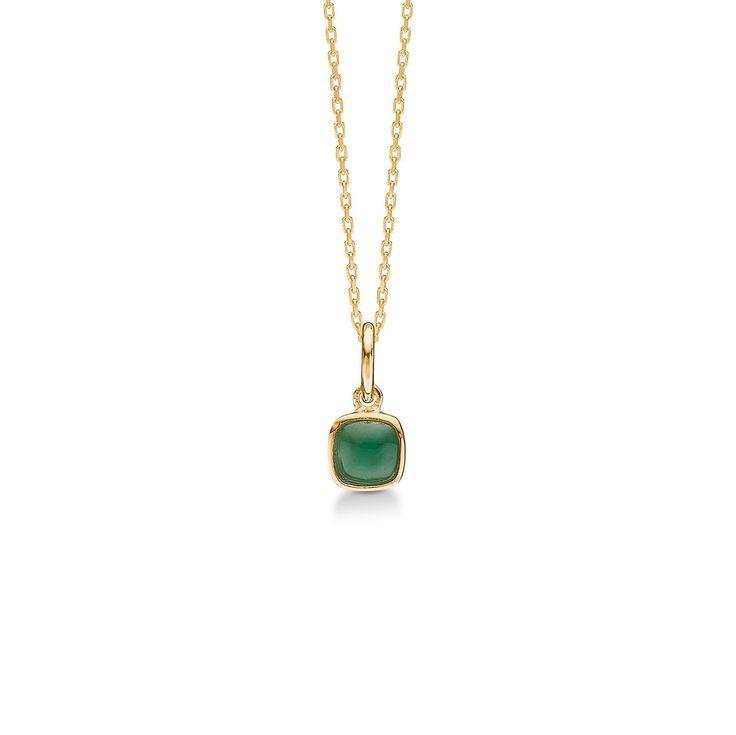 CABOCHON vedhæng 14 karat guld med smaragd.   Elegant halskædevedhæng med smuk grøn smaragd. Smykket har med sin let afrundede, kvadratiske form og farverige ædelsten et raffineret udtryk.   CABOCHON vedhænget er fra Mads Zieglers Gold Label kollektion.
