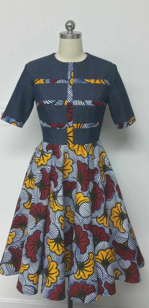 C'est un africain imprimé Denim s'adapter et fusée midi robe avec poches intérieures. INCLUS : • Une robe Modèle porte la taille 10. DÉTAILS : Denim et impression Wax africain • Conseils dentretien : Nettoyage à sec seulement. Appuyez sur Visitez ma boutique : https://www.etsy.com/shop/NanayahStudio TAILLES DE ROBE * US 2 – 33 buste - taille 24 pouces - hanches 34-35 pouces * US 4--34 buste - taille 25 pouces - hanches 36-37 pouces * US 6--35 buste - taille 26 pouces - hanches 38 pouces * U