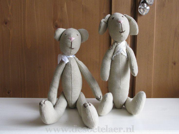 lief kleine beer en hond   cute little puppy and bear. www.desoetelaer.nl