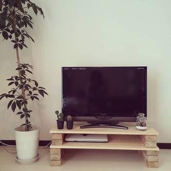 元々、売られているものでは自分のお家のインテリアに合わなかったり、高さや大きさが微妙に違ったりすることありますよね?そんな時は、簡単なDIYに挑戦してみましょう♪ こちらは、レンガと板を積み重ねてお気に入りのテレビ台をDIY。レンガの質感と、サボテンのグリーンなどがナチュラルなインテリアを演出しています。