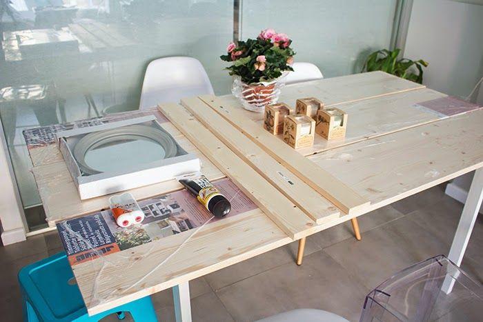 DIY: Mesa de comedor de tableros de madera.  - 4 tablones madera 30x200x1,8 - 3 tablones 15x90x2 - Adhesivo especial madera Leroy Merlin