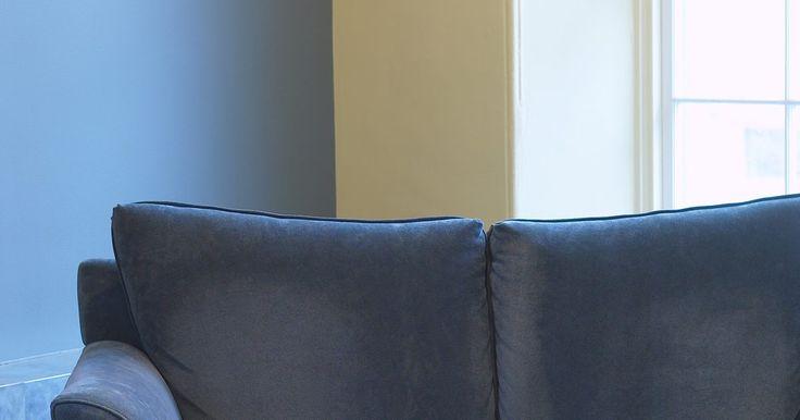 Como construir um sofá. Sofá é uma peça de mobília forrada com uma área comprida para sentar, braços e encosto. Muitas pessoas que desejam um sofá barato preferem construir seu próprio, ao invés de comprar um. Os materiais modernos tornam possível que você construa um sofá barato com assentos confortáveis, customizados no seu estilo pessoal.