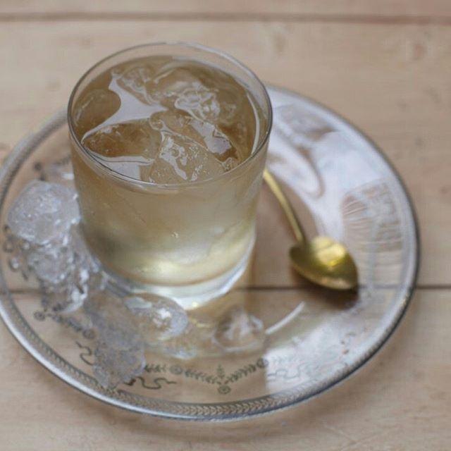 Apple cart | Receita Panelinha:  Chiquérrimo e refrescante, este drinque leva licor de laranja, destilado de maçã e suco de limão. Perfeito para abrir o apetite.