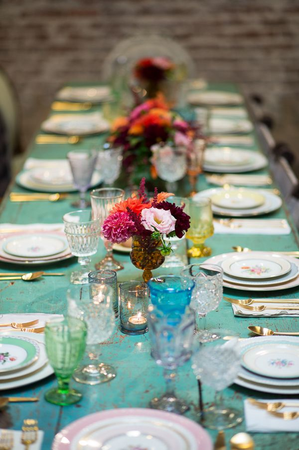 vintage table setting - I love the mismatched plates and glassware. I would also mix up the silver pieces. My chairs are already mixed up. Such a cool idea. #table #setting #diner #decor #tablesettings