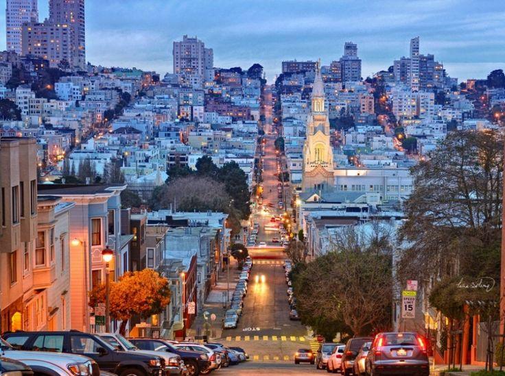 Се ©  fricon.se Този град от залива е пълна с забавление и страхотни атракции - можете да се насладите на разходка с ферибот до Алкатраз, проба кухня от «Little Italy», или да разгледате околните хълмове. Сан Франциско е един от най-мултикултурните и мултиетническите градове в Съединените щати. Вземи си сериозно вкусна закуска в Часът на мама, преди да се отправите към моста Голдън Гейт или Койт кула.