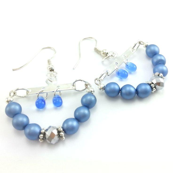 Kolczykize szklanych kryształówoponek i pereł w kolorze niebieskimz elementami w kolorze srebra bez dodatku niklu.
