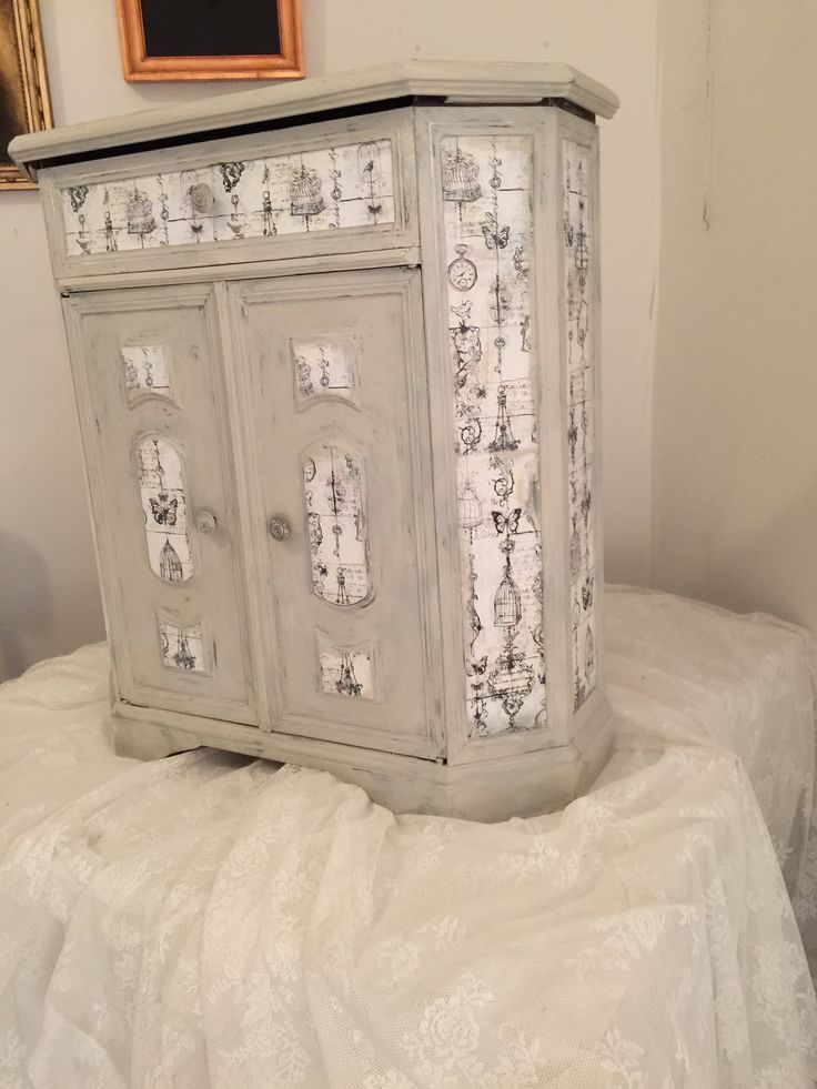 Cabinett painted with Vintage Paint from Jeanne d'Arc Living and decorated with scrapbooking paper.