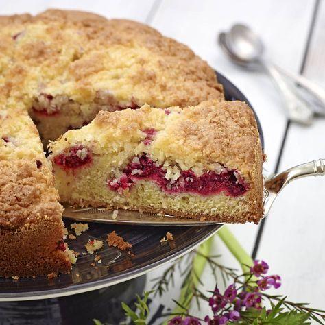 En saftig kaka med syrliga hallon och härligt kokosströssel.