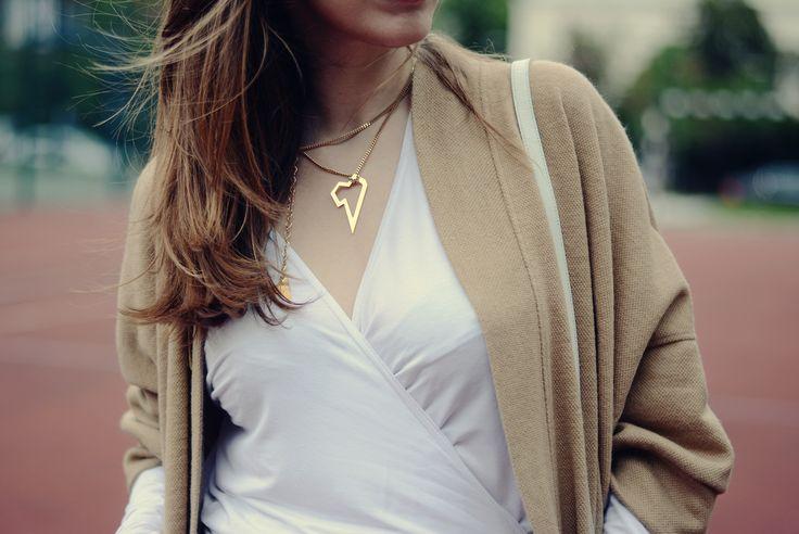 Beżowy płaszcz polskiej marki w pięknym camelowym odcieniu. Zobacz jak go nosić!