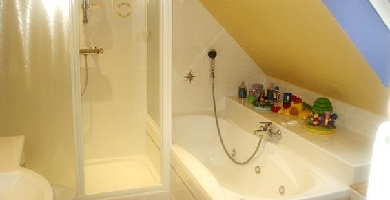 baignoire sous combles salle de bains sous combles pinterest. Black Bedroom Furniture Sets. Home Design Ideas