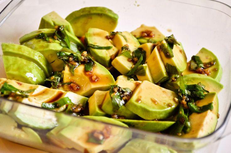 アボカドとわさび醤油は最高の相性。 メキシコ料理では、アボカドとパクチー、にんにくが最高のマッチング。 TEX-MEXの本場に住む私が作るのは、日本とメキシカンのフュージョン料理。 パクチーを大葉に代えて、わさびをにんにくに代えて。作ってみたら、これが絶品!