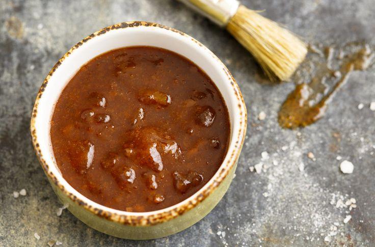 Recept voor zelfgemaakte barbecuesaus voor bij de barbecue. Heerlijk om vlees te marineren of om als saus erbij te serveren.