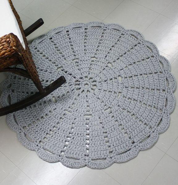 A handmade carpet by Virkkuukoukussa.