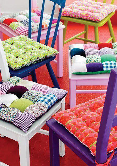 Dica para dar uma mudada na sua cozinha. Pinta as cadeiras de cores garridas e coloque almofadas coloridas. Fica um showww