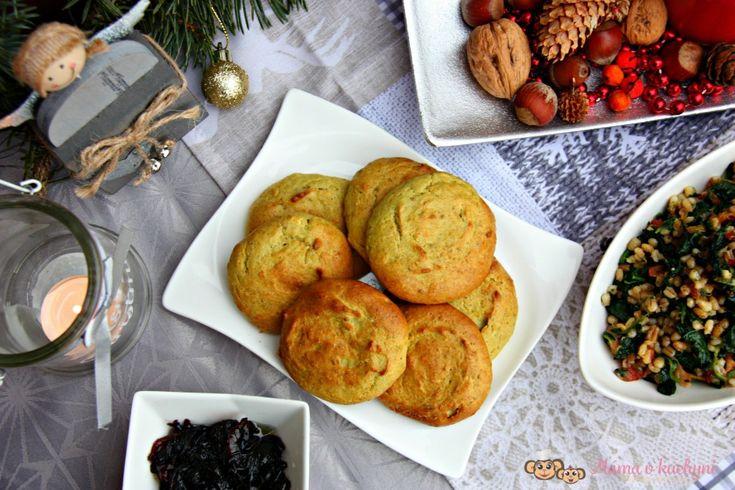 Než začne to pravé vánoční obžerství v rámci štědrovečerní večeře a dalších chodů, které hned poté následují, jí se v českých domácnostech tradičně bezmasá jídla. Nejčastěji jsou to luštěniny, a pak také staročeský kuba. Snažila jsem se tuto verzi nějak neotřele zmodernizovat, a přitom originalitu chutí zachovat, a tak jsem vymyslela toto menu. Hrách jsem schovala do luxusních placek a kubu, který obsahuje pro děti nevhodné houby, jsem vymyslela ještě trošku jinak. Kuba to tedy není, a tak…