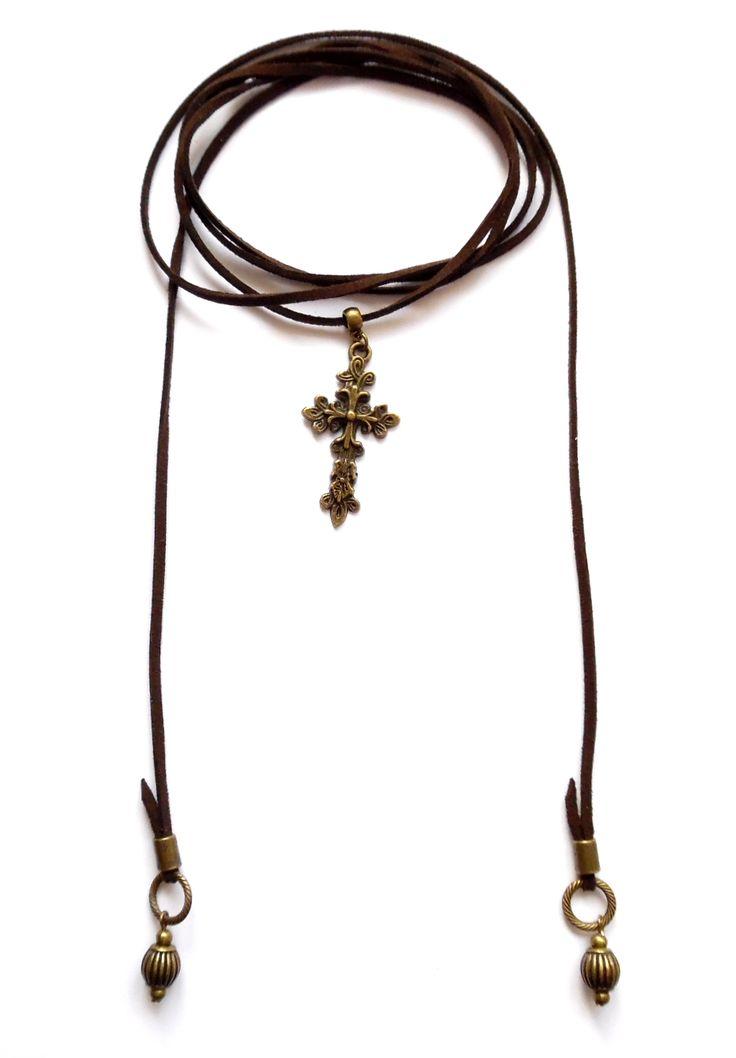 Wrap halsband i brun mocka med ett kors av brons. Halsbandet går att bära på flera sätt.  Längd: ca 150cm lång och passar att vira 1-2 varv runt halsen.