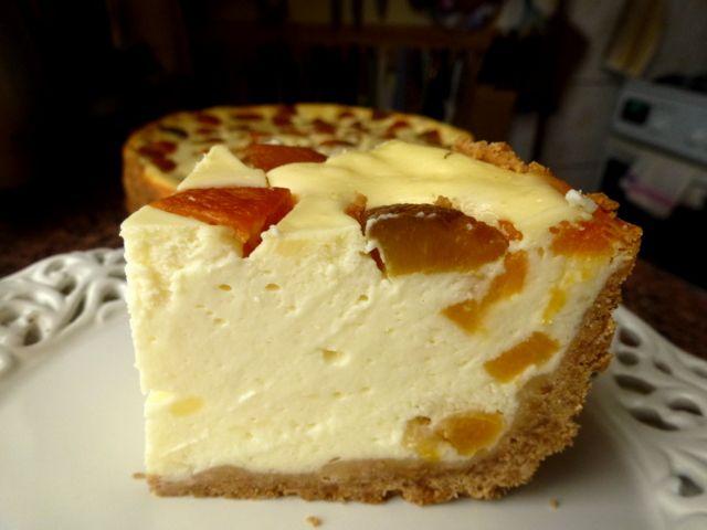Sernik z gotowanym budyniem i morelami  Składniki na masę serową • 1,5 kg mielonego sera białego (w wiadereczku miałam 1 kg i 400g serka homogenizowanego) • 3 budynie śmietankowe (każdy na ½ litra) • 600 ml mleka • 4 jajka (wzięłam 5, ale były raczej małe) •…