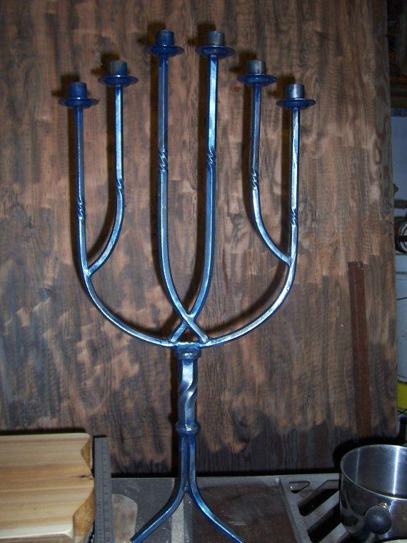 Grand chandelier en fer forgé de style médiéval gothique, pour 6 bougies, nommé ''Passion bleue''.