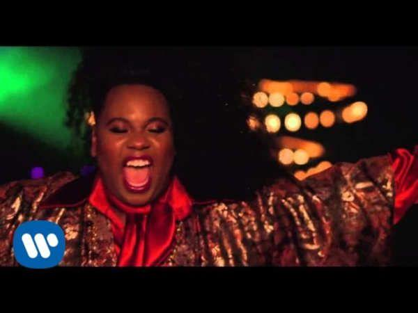 """Alex Eugene Newell más conocido como Alex Newell (Lynn, Massachusetts; 20 de agosto de 1992) es un actor y cantante estadounidense. Es conocido por interpretar a Wade «Unique» Adams en la serie de comedia musical Glee, y por haber sido el segundo finalista en la primera temporada del programa The Glee Project.Alex Newell & DJ Cassidy (with Nile Rodgers) """"Kill The Lights""""..."""