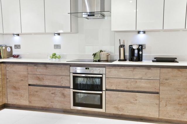 petite cuisine moderne avec portes d'armoires d'aspect bois brut