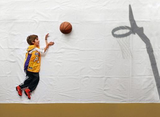 Jongen door fotografie voor even los van zijn rolstoel