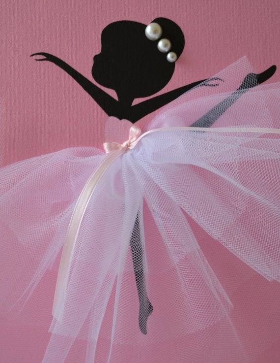 Tre 8x10 tele con ballerine di dancing. Siluette di sfondo e la ballerina di tela sono dipinte con vernice acrilica. Ballerini sono decorate con gonne in tulle, nastri di seta e perline. Arte della parete grande vivaio di ragazza o camera bambina.