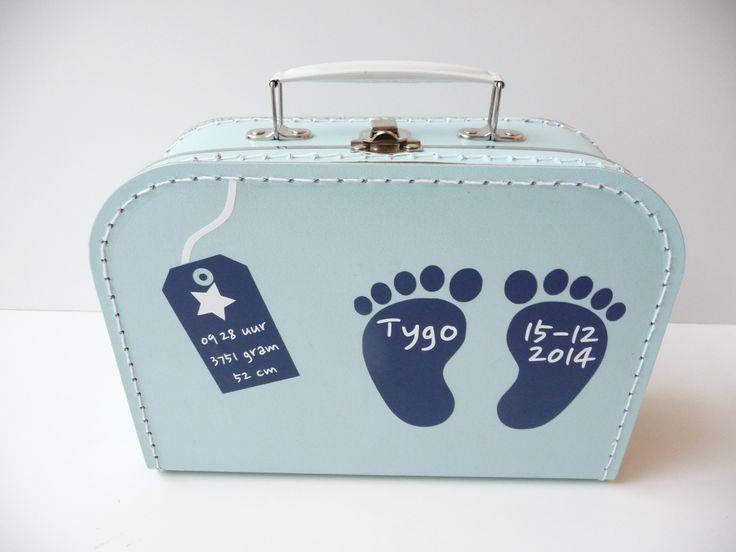 Koffertje met naam en geboortegegevens jongen. Erg leuk kraamkado, kraamkoffertje