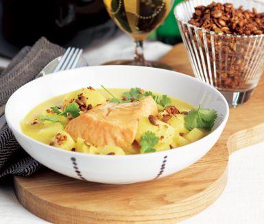 Värmande laxgryta med exotiska smaker av curry, kokosmjölk och citrongräs. Fisken lägger du i sist av allt och låter den sjuda i alla smaker några få minuter innan du serverar din superba fiskgryta.