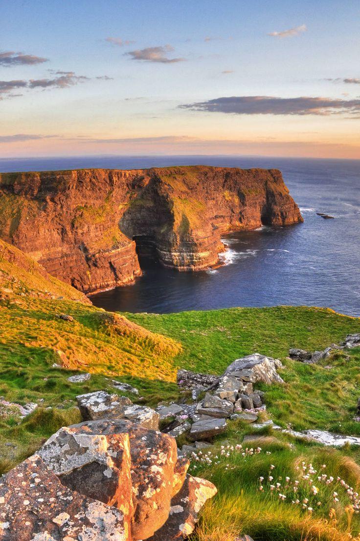 Über 2500 Kilometer schlängelt sich der Wild Atlantic Way an der Westküste Irlands entlang, von der Halbinsel Inishowen im Norden bis Kinsale im Süden. Es ist einer der längsten markierten Küstenrouten der Welt. Nun soll die 2500 Kilometer lange Strecke auch die abgelegenen Gegenden bekannter machen.