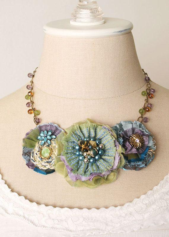 Flores coloridas con capas de corte de mano y telas cosidas en un arco iris de tonos profundos del océano azul. Bonitas texturas y patrones