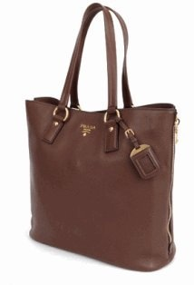 Prada shoulder bag in brown leather. #prada #shoulderbag #handbag