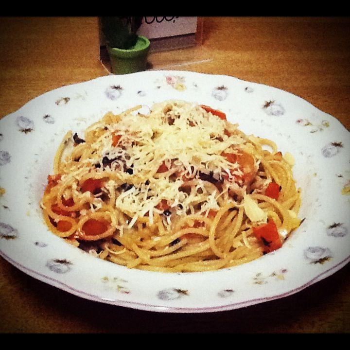spaghetti tomato garlic with cheese on top