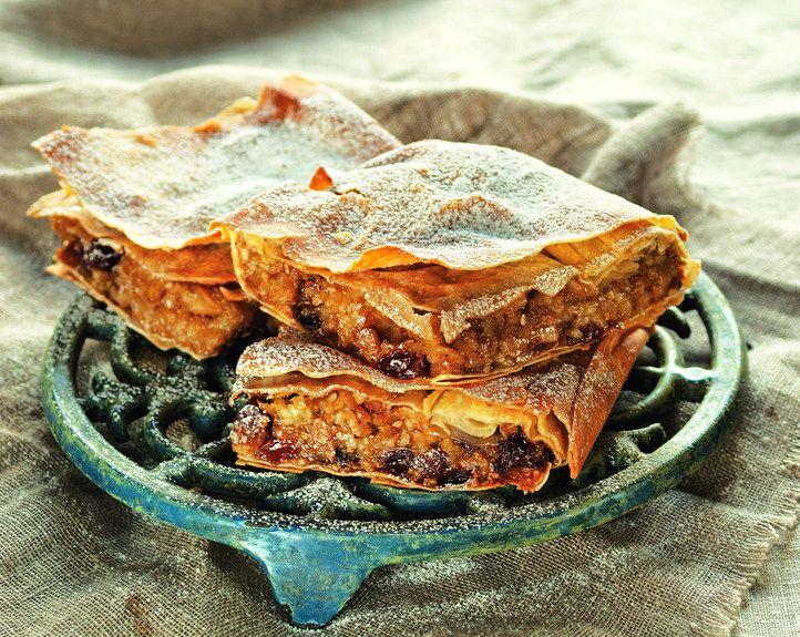 Η γευστική και αρωματική κίτρινη κολοκύθα γίνεται πολύ νόστιμη γλυκιά πίτα. Θα την αγαπήσουν μικροί και μεγάλοι, ενώ για όσους θέλουν να δοκιμάσουν κάτι διαφορετικό έχουμε 2 παραλλαγές της κλασικής συνταγής.