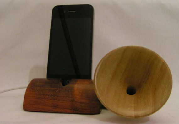 Wooden Acoustic iPhone Dock with Vintage-Gramophone-Style Speaker