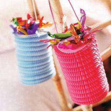 Lampions en papier avec anse comme un ruban pour les remplir de bonbons pour les fêtes